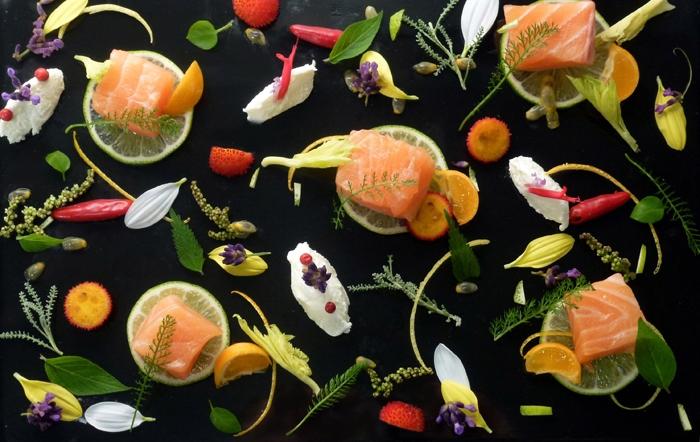 Salmone dell�Alaska marinato al lime e calamondini con formaggio fresco di yogurt  profumato all�achillea millefoglie, corbezzolo e semi d�ortica