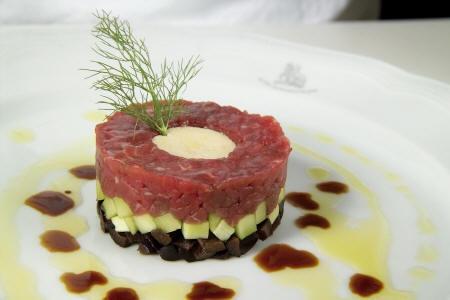 Tartare di manzo, olive nere e cetrioli con bavarese all