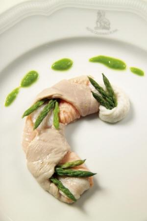 Treccina di tonno, sogliola e salmone con asparagina selvatica al vapore e purea di lattuga