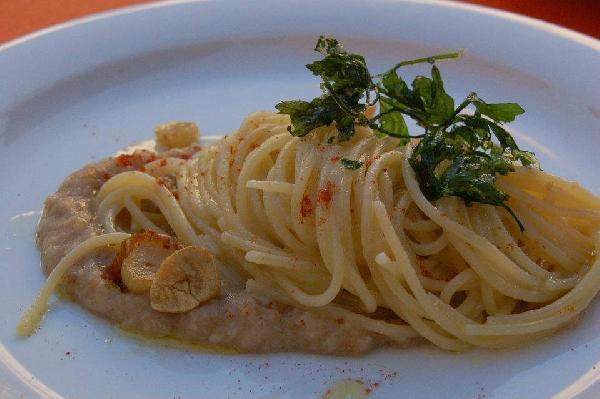 Spaghetti risottati aglio e olio evo Principe del Vulture DOP su crema di pane di Matera, polvere di peperone secco IGP di Senise e prezzemolo fritto.