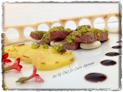 -Filettino di manzo al pistacchio , con cascata di patate grill, e Colosseo di pan tostato