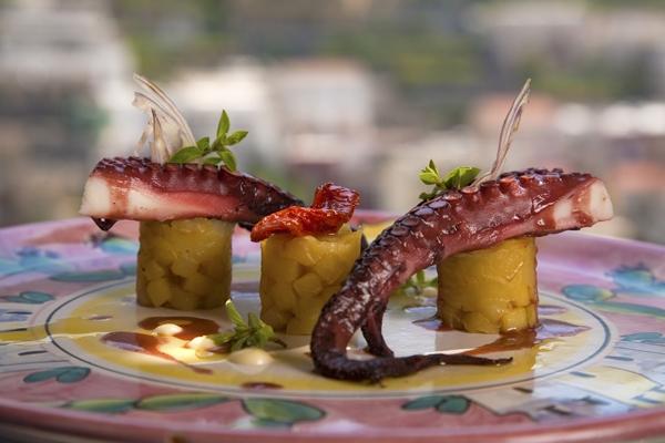 Tranci di polipo con patate, cipolla rossa e pomodoro secco San Marzano
