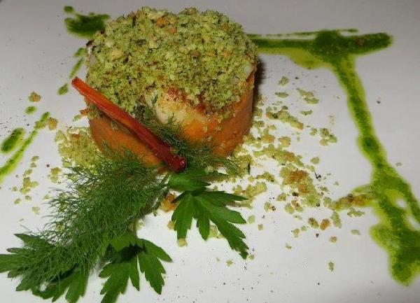 Pappa al pomodoro con cappesante piastrate e tegoline di pecorino