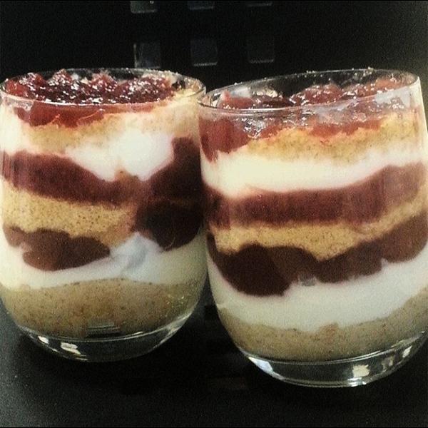 Dessert con yogourt, lamponi e biscotti digestive