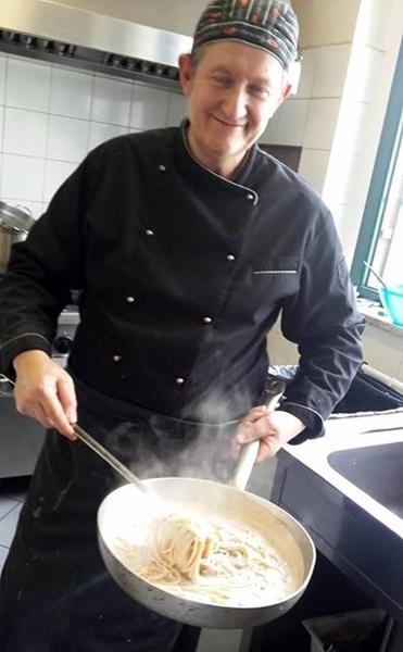 Preparando gli Spaghetti alla crema di caffè