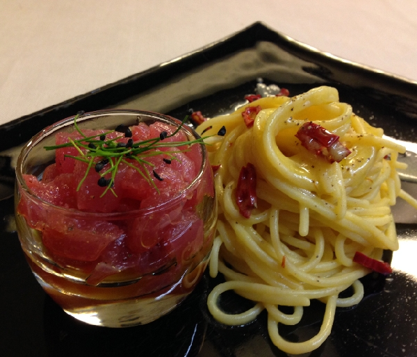Spaghetti trafilati al bronzo, aglio di Cervia, mosto d'olio e peperoncino ligure con dadolata di tonno Marsala
