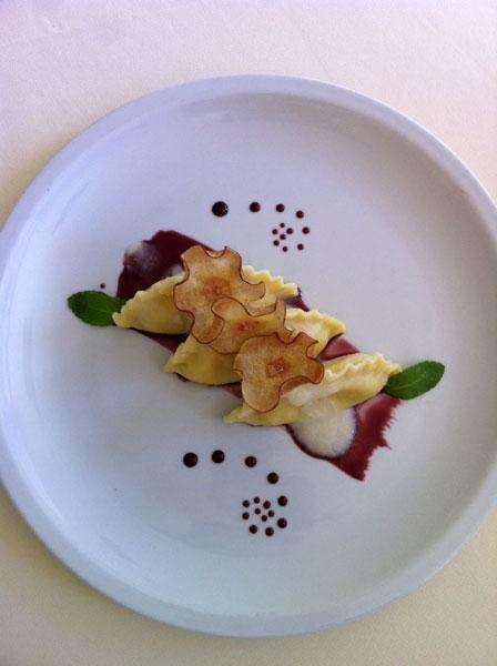 Mezze lune cacio e pepe con vellutata di pere e riduzione al vino rosso