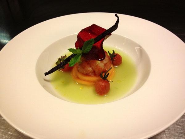 Astice bretone affumicato alla vaniglia, cantalupo marinato al dragoncello, essenza di barattieri, pomodoro candito e croccante alla barbabietola