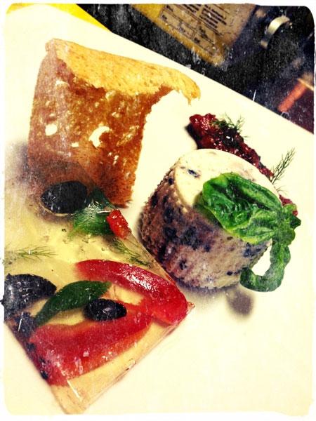 Sformato di ricotta con marmellata di olive e pomodorini, pane di Genzano e gelatina di Frascati superiore