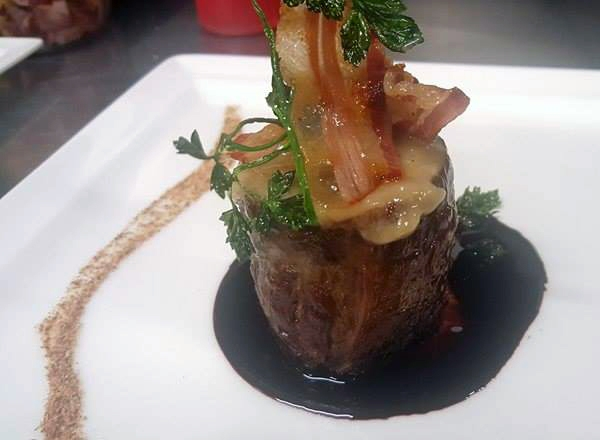 Fianchetto di marchigiana con scarole e caciocavallo podolico,ristretto di aglianico e pancetta croccante