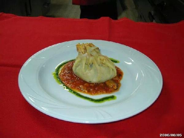 Fagottino di crespella con ripieno di crostacei e salsa ai frutti di mare con emulsione di pesto al basilico