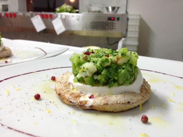Cialda di pizza con farine integrali petra con slice di bufala campana DOP, broccoletti baresi saltellati con gamberi rossi di Mazara