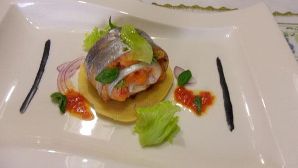 Pesce bandiera e panzanella siciliana servita su panella morbida