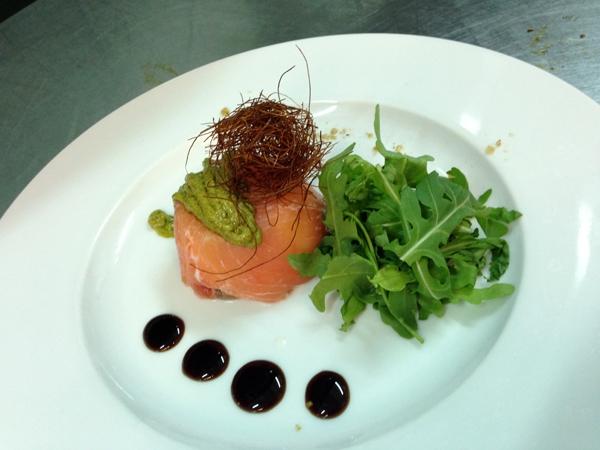 Cupolino di salmone con bufala, robiola e fili di peperoncino