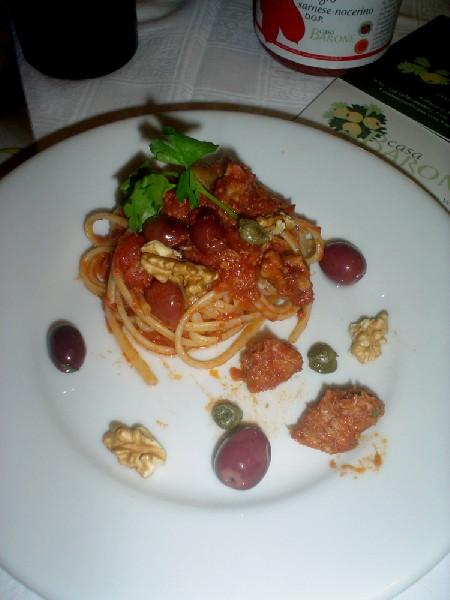 Linguine alla puttanesca con Pomodori San Marzano dell'Agro sarnese-nocerino DOP, tonno e noci abbinate al vino Magnifico Syrah dell'Azienda Calatrasi
