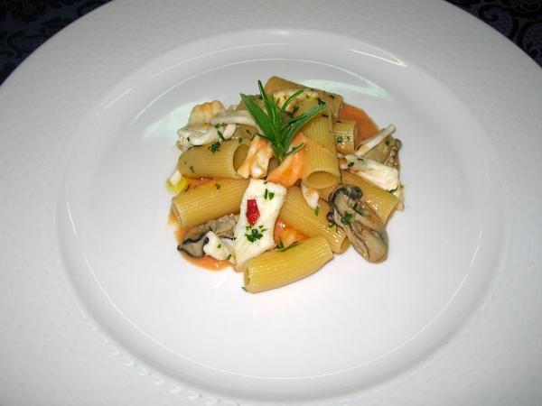 Rigatoni con polpa di ostriche, branzino e calamaretti su purea di fagioli