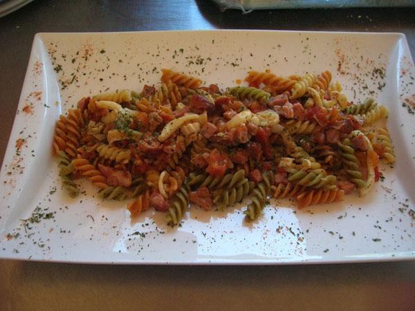 Ricetta inserita su spaghettitaliani.com da Michele Celentano: Pasta tricolore con seppie e prosciutto di Praga