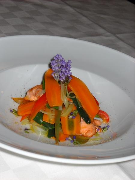 Millefoglie di salmerino alla lavanda, con tagliatelle di verdure