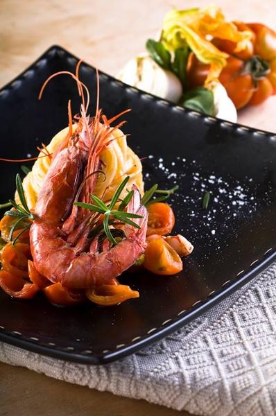 Tagliolino di pasta fresca con gambero rosso di pescata e pomodoro coreboi