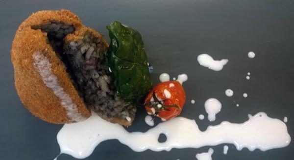 Arancino al nero di seppia su vellutata di mozzarella di bufala