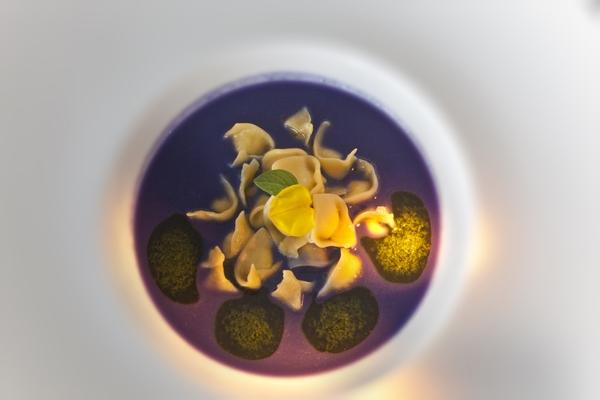 Cappelletti con mantecato di pezzogna su zuppetta di patate violette
