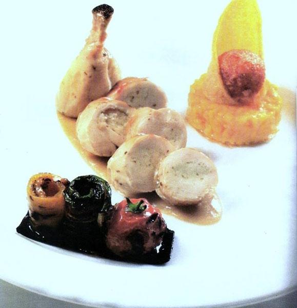 Suprema di pollo farcita con ricotta alla maggiorana su demi glace alla liquirizia, bon bon di grana padano su risotto allo zafferano e cialda di polenta, verdure grigliate con olio profumato al basilico