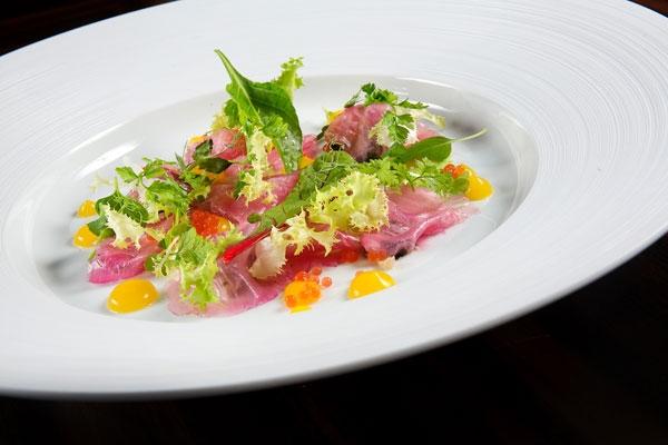 Pezzogna marinata alla barbabietola con agrumi e fava tonka