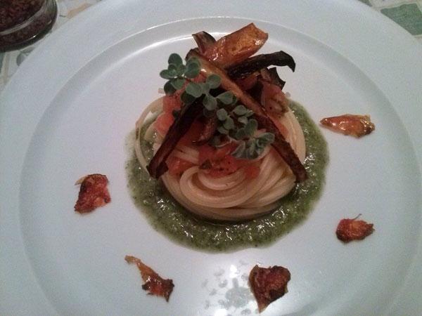 Spaghetti di Gragnano con melanzana nera nostrana, concass� di pomodoro fresco e totani, su pesto di finocchietto, scalogno, e noci