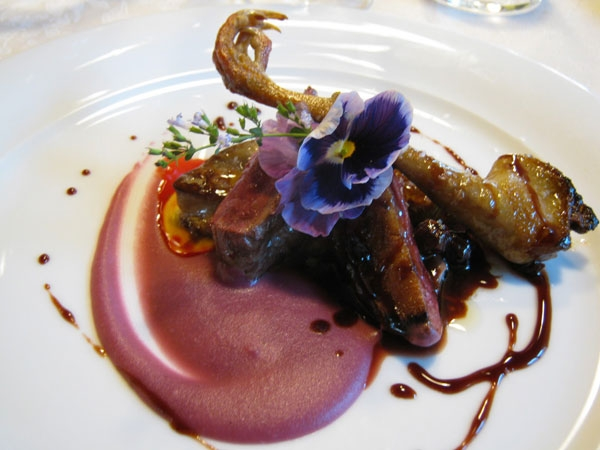 Piccioncino da nido di Castiglione, con salsa di visciole, scaloppa di foie gras e salsa di patate vitelotte allo zenzero