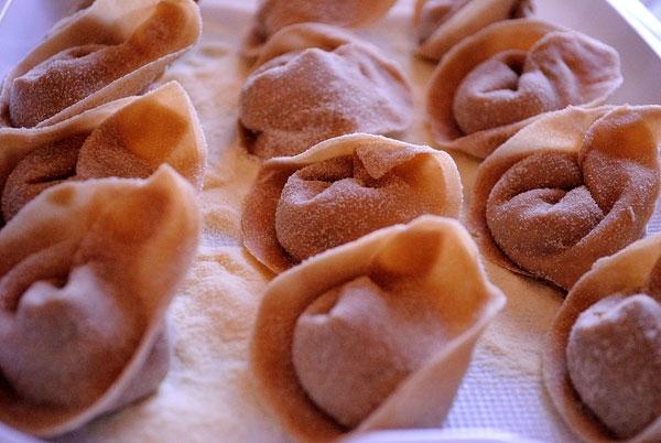 Cappellacci di merlot ripieni di trevigiana e bastardo del Grappa su crema di noci e zafferano