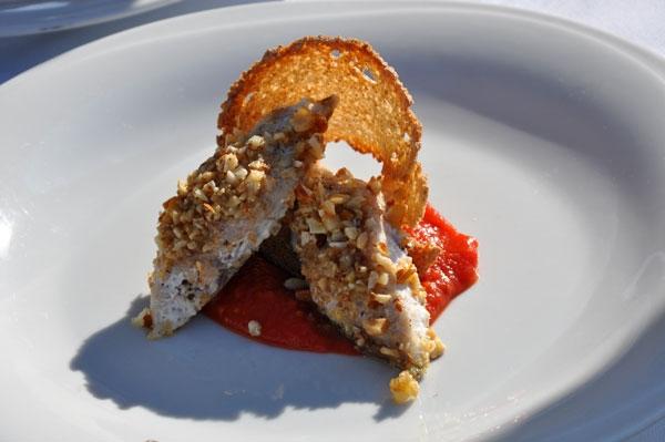 Cefalo gaggia d'oro con granella di mandorle e nocciole su crema di datterino confit, con cono di sfoglia di pane toscano
