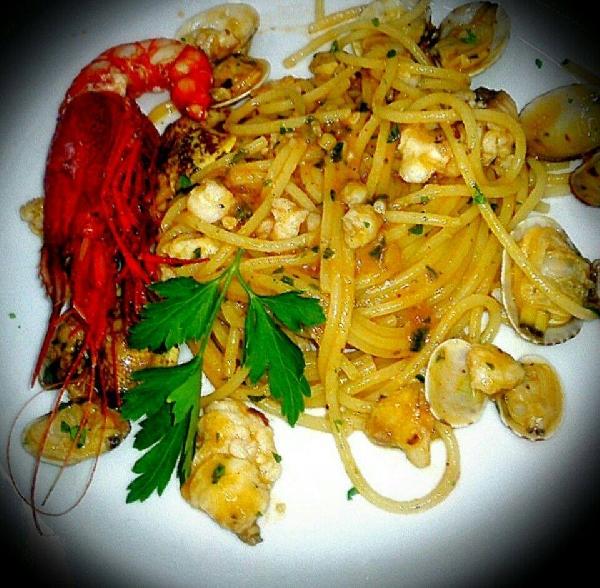 Spaghetti con sgombro vongole e gamberoni