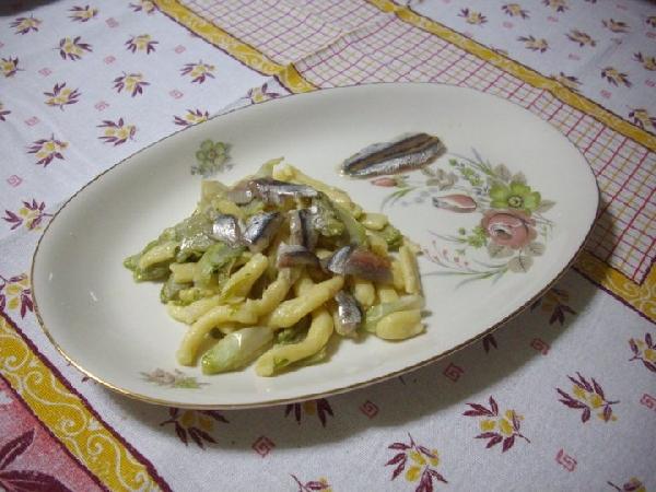 Spaghetti di patate con alici marinate e puntarelle
