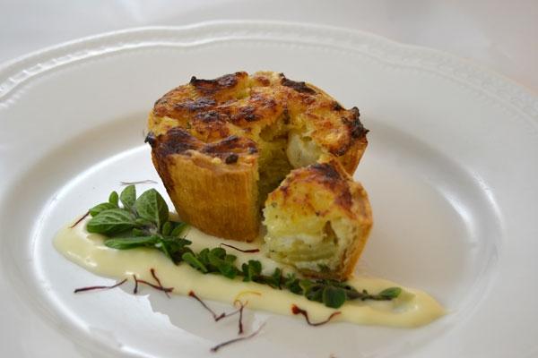 Tortino di baccal� e patate foderato in pasta strudel con salsa mornay e aromi metiterranei