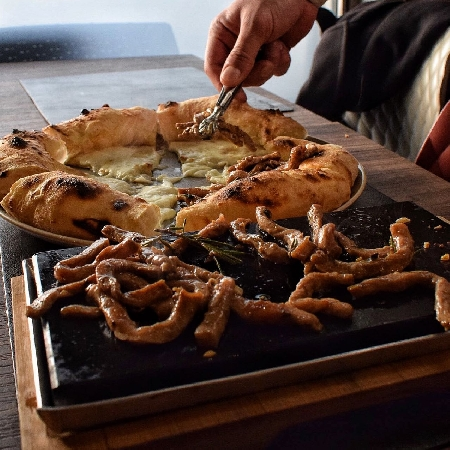 La pizza Bulgogi di ispirazione coreana protagonista del menu di Grumè, la prima bracepizzeria in Italia. In carta anche un originale dessert a base di carne