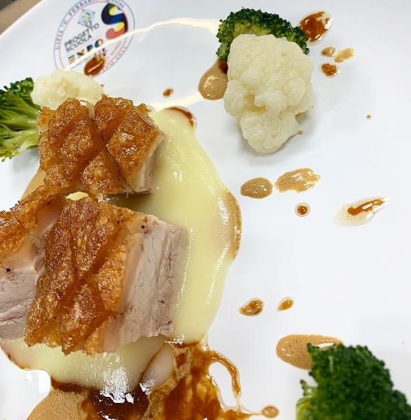 -Pancia di porchetto sardo con verdure cotte in cbt servita con schizzi di salse nobili