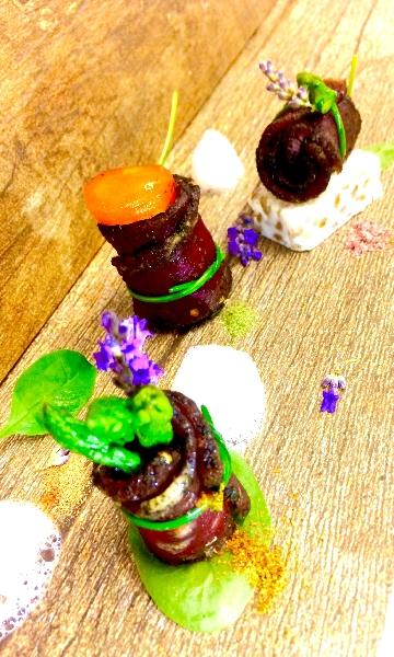 Carne salata e affumicata con uovo scomposto, asparagi e aria di cipolla 2
