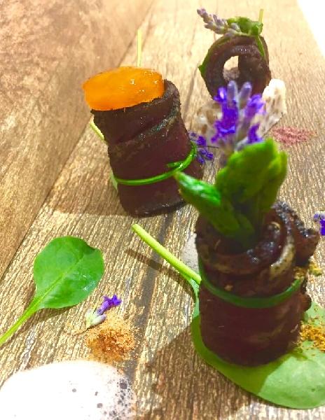 Carne salata e affumicata con uovo scomposto, asparagi e aria di cipolla 6