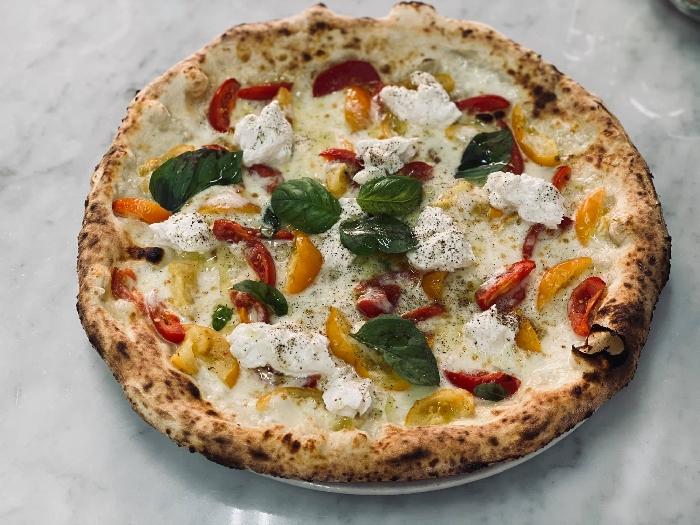 Filetto di pomodoro sia giallo che rosso del Vesuvio, ciuffi di ricotta di bufala, fior di latte della latteria Sorrentino e pepe