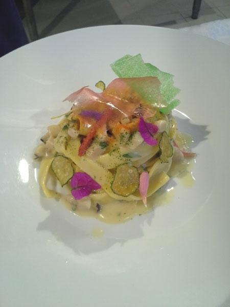 Nastro di  pasta all'uovo con crema di patate al timo, ragù di totanetti di paranza e fiori d'estate