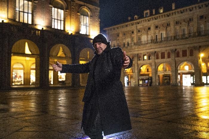 Vasco Rossi in Piazza Maggiore (Bologna) durante le riprese del video per Una Canzone D'Amore Buttata Via