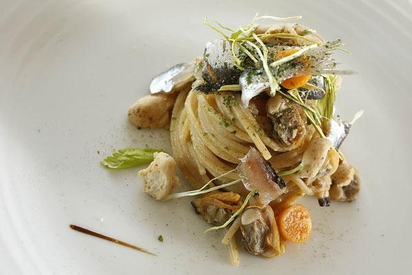 Spaghettone con vongole veraci selvatiche, sarde marinate, lattuga di mare e tarallo