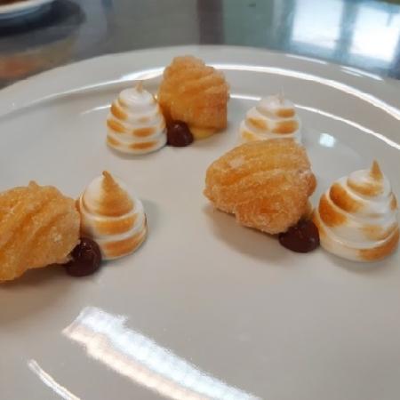 -Boccoli alla crema, meringa dorata con crema al  cioccolato fondente aromatizzata al grand-marnier
