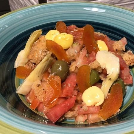 -Caponata di bottarga con carciofi, lupini, olive e pomodori del campo