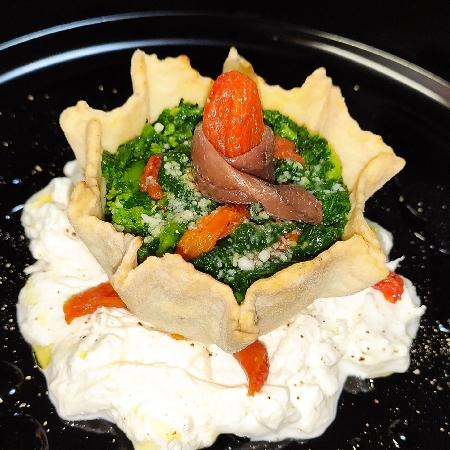 -Cestino di Pasta Tarallo con Broccoletti Acciughe e Datterini Confit su Stracciatella di Burrata