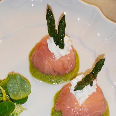 -Fagottini di Salmone Affumicato con Formaggio Fresco su Crema di Asparagi