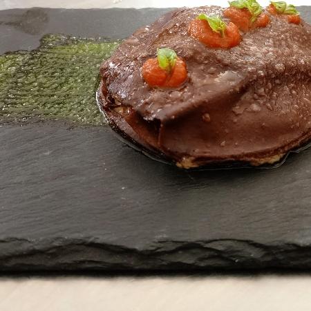 -Lasagnetta al cacao in farcia di Suino nero al finocchietto selvatico su pesto al basilico e coulis di pachino