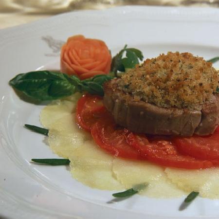 -Medaglione di Filetto di Manzo Gratinato su Letto di Pomodori e Patate al Rosmarino