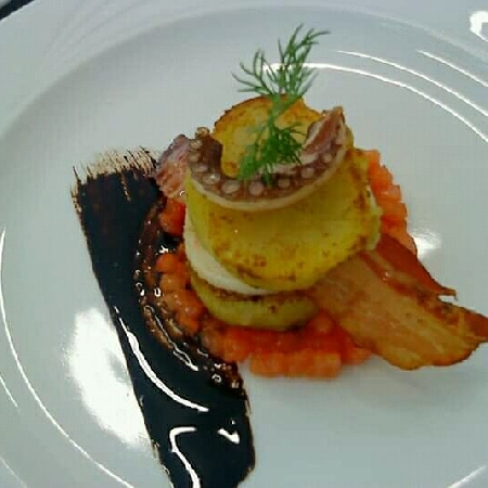 -Polpo arrosto, patata graté, concasea di pomodorino e bacon croccante.