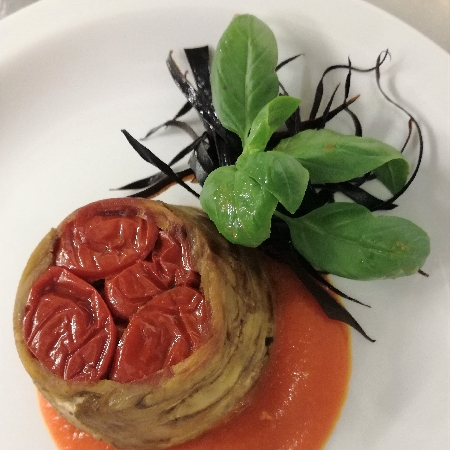 -Sformatino di Melanzane con Datterini Infornati su Crema di Pomodoro